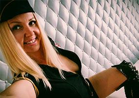 Linda Kiss präsentiert sich im sexy Polizistinnen Outfit